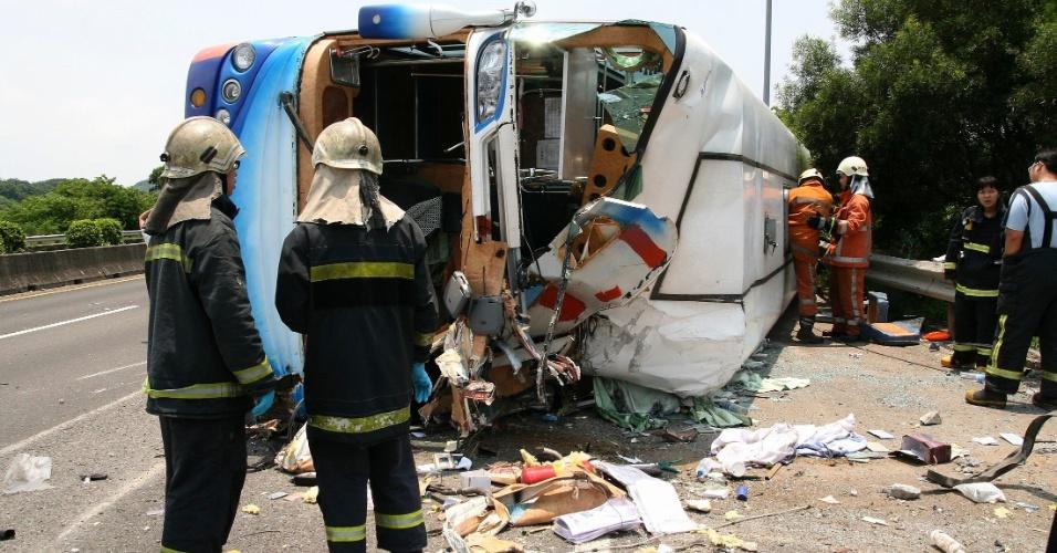 7.jul.2012 - Equipes de resgate inspecionam ônibus que tombou na pista em estrada que liga Taipei a Pingtung, em Taiwan
