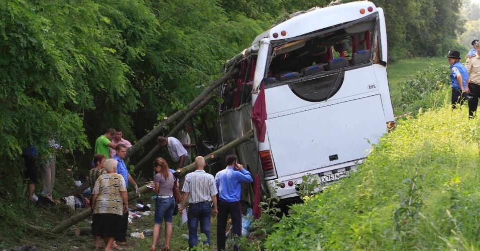 7.jul.2012 - Equipes de resgate trabalham no local do acidente com um ônibus em estrada perto da aldeia Krasne, na Ucrânia