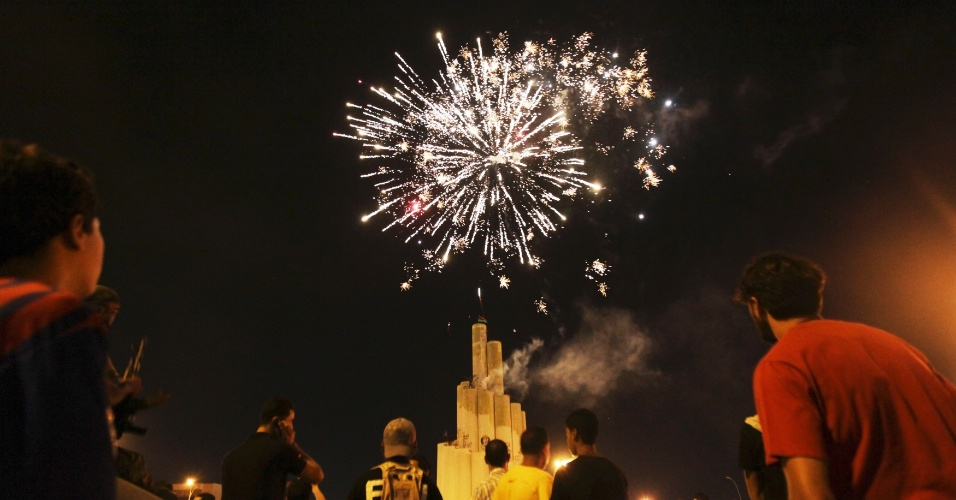 7.jul.2012 - Fogos de artifício explodem nos ceús de Bengazi após o encerramento da votação de eleições legislativas na Líbia