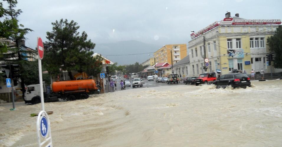 7.jul.2012 - Fortes chuvas inundam cidade de Gelendzhik, no sul da Rússia