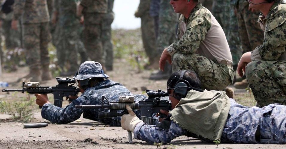 7.jul.2012 - Homens da Marinha americana e filipina participam de treinamento de incêncio, em Sarangani, no sul das Filipinas, neste sábado (7)