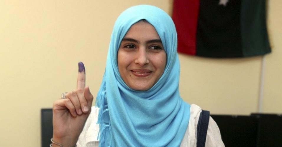 7.jul.2012 - Jovem líbia mostra dedo marcado após votar em eleições legislativas no país, em Trípoli. O país deu início, neste sábado, às primeiras eleições legislativas desde 1964, após quatro décadas de ditadura de Muammar Gaddafi