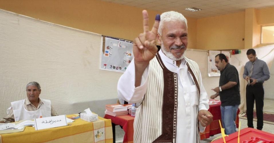 7.jul.2012 - Líbio faz sinal de vitória após votar em eleições legislativas no país, em Trípoli. O país deu início, neste sábado, às primeiras eleições legislativas desde 1964, após quatro décadas de ditadura de Muammar Gaddafi