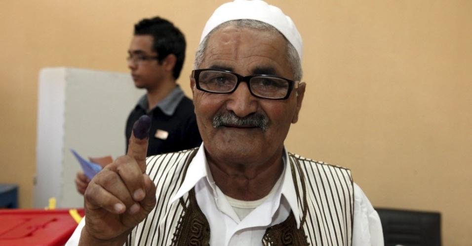 7.jul.2012 - Líbio mostra dedo marcado após votar em eleições legislativas no país, em Trípoli. O país deu início, neste sábado, às primeiras eleições legislativas desde 1964, após quatro décadas de ditadura de Muammar Gaddafi