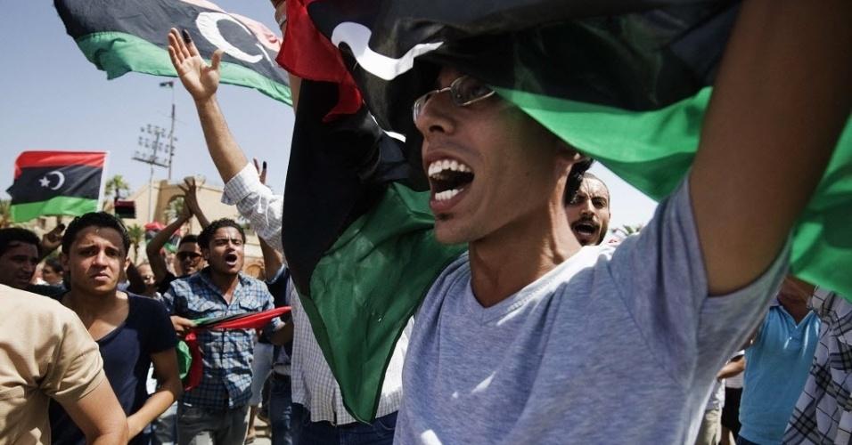 7.jul.2012 - Líbios comemoram nas ruas de Trípoli a eleição que acontece décadas após a ditadura de Muammar Gaddafi; votação teve protestos e problemas em colégios eleitorais