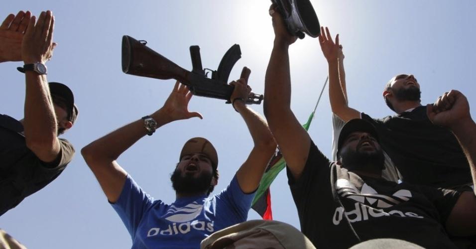 7.jul.2012 - Líbios vão às ruas de Benghazi para protestar e comemorar a eleição que acontece décadas após a ditadura de Muammar Gaddafi; votação teve problemas em colégios eleitorais
