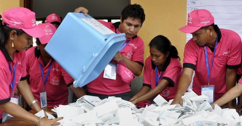 7.jul.2012 - Mesários começam a apurar votos das eleições parlamentares do Timor Leste. em Dili, capital do país
