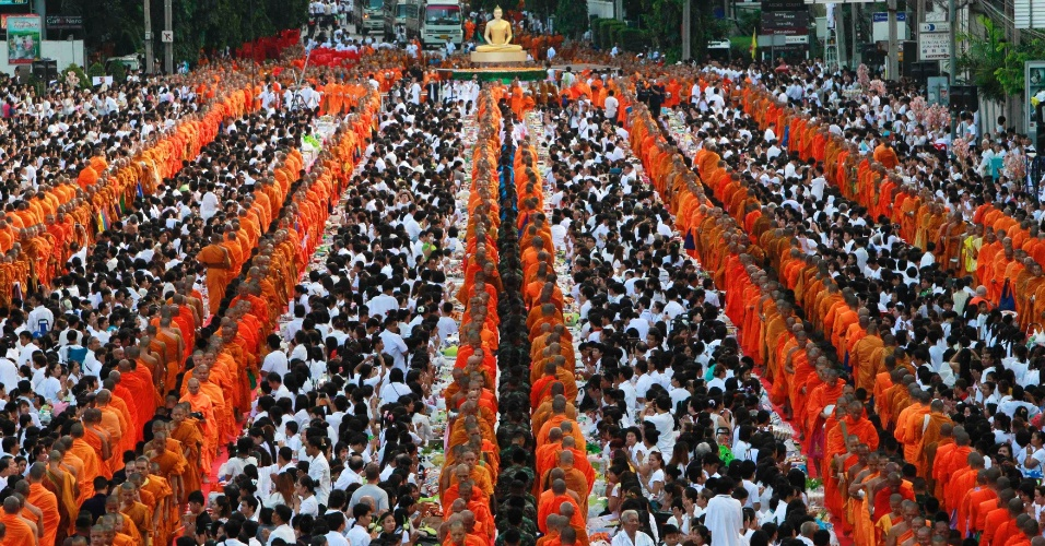 7.jul.2012 - Monges budistas caminham em filas no meio de multidão neste sábado (7), em Bancoc, na Tailândia, durante cerimônia que marca o 2.600º aniversário de Buda