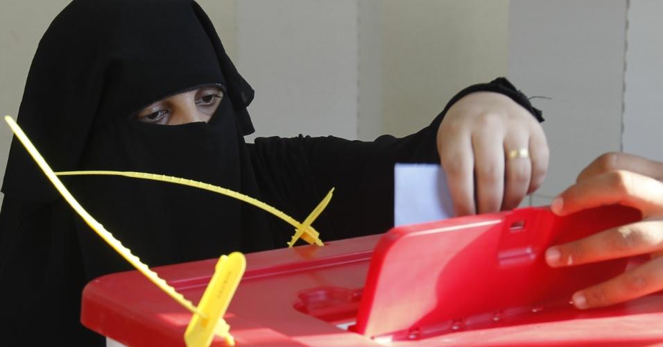 7.jul.2012 - Mulher deposita voto em urna na cidade de Bengazi durante as eleições legislativas na Líbia. De modo geral, as eleições correram bem. Esta é a primeira eleição após quase 50 anos de domínio de Muammar Gaddafi