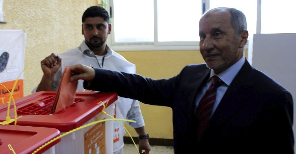 7.jul.2012 - Mustafá Abdul Jalil, presidente do conselho nacional transitório da Líbia, vota em colégio eleitoral na cidade de Baida, na Líbia