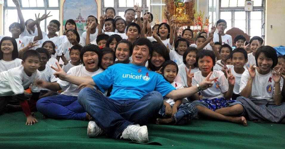 7.jul.2012 - O ator Jackie Chan posa com crianças em Yangon, em Mianmar, durante campanha do Fundo das Nações Unidas para a Infância (Unicef) contra o tráfico de crianças