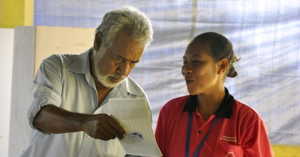 7.jul.2012 - O líder do Conselho Nacional da Reconstrução de Timor-Leste (CNRT) e atual primeiro-ministro, Xanana Gusmão, lança seu voto em assembleia de votação, em Díli, durante eleições parlamentares no país