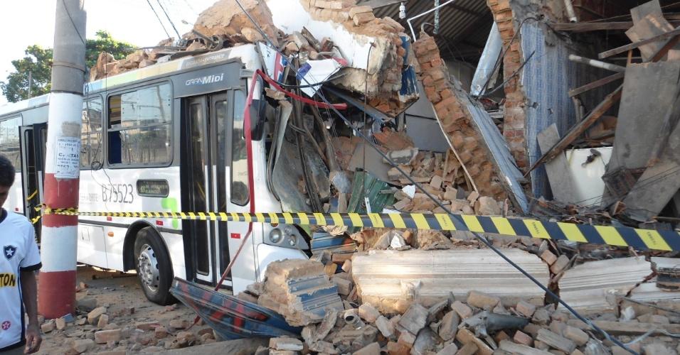 7.jul.2012 - Ônibus desgovernado invade um bar em Olaria, na zona norte do Rio de Janeiro