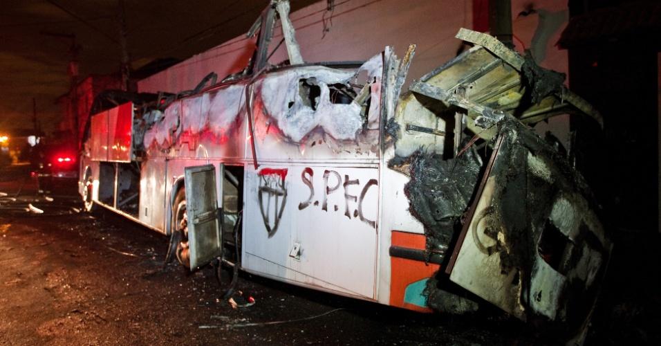 7.jul.2012 - Ônibus utilizado pela categoria de base da Portuguesa é incendiado durante a madrugada, no bairro do Belém, em São Paulo