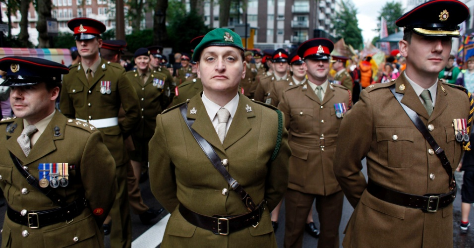 7.jul.2012 - Participantes vestidos com uniformes das Forças Armadas participam da Parada do Orgulho Gay, em Londres, na Inglaterra