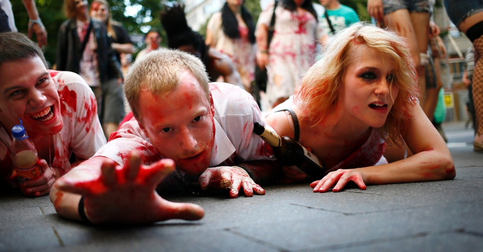 """7.jul.2012 - Pessoas se arrastam no asfalto das ruas da cidade de Frankfurt  (Alemanha) durante a """"Zombie Walk"""". A caminhada, organizada por redes sociais, reuniu cerca de mil pessoas vestidas como zumbis"""