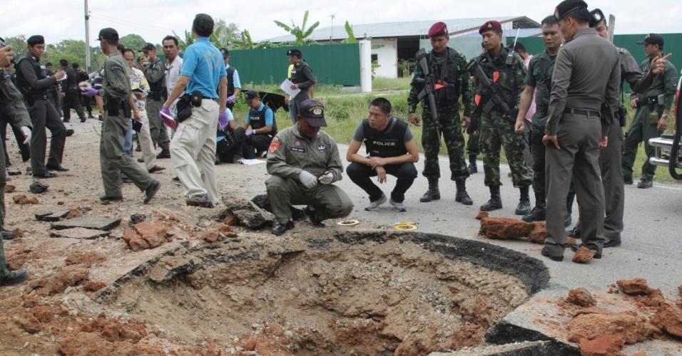 7.jul.2012 - Policiais inspecionam local de explosão de bomba, na província de Narathiwat, ao sul da Tailândia