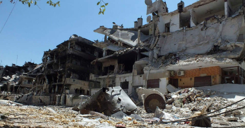 7.jul.2012 - Prédios ficam completamente destruídos após confronto entre rebeldes sírios e tropas do governo, no bairro de Al Qusour, em Homs