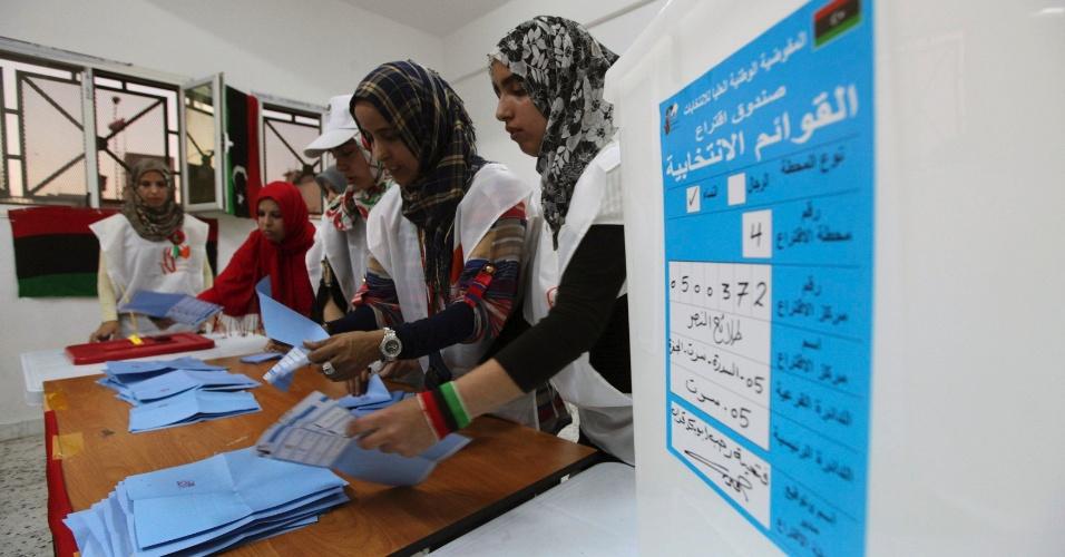 7.jul.2012 - Trabalhadoras de colégio eleitoral na cidade Sirte contam número de cédulas após fim de votação. Esta é a primeira eleição após quase 50 anos de domínio de Muammar Gaddafi