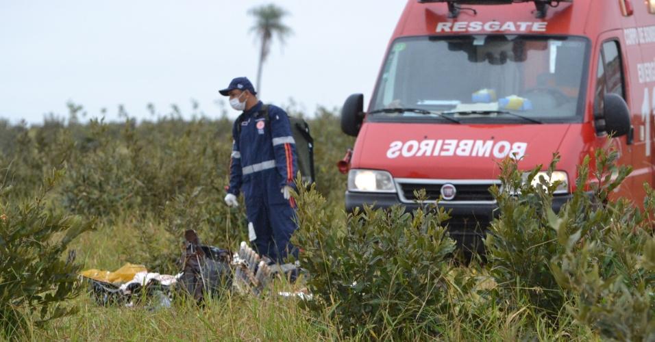 7.jul.2012 - Um piloto da FAB (Fora Aérea Brasileira) morreu na manhã deste sábado enquanto dirigia um caça modelo A-29 Super Tucano. Ele ia em direção ao Pará, no entanto, a aeronave apresentou problemas. Ele conseguiu se ejetar, mas acabou morrendo no local