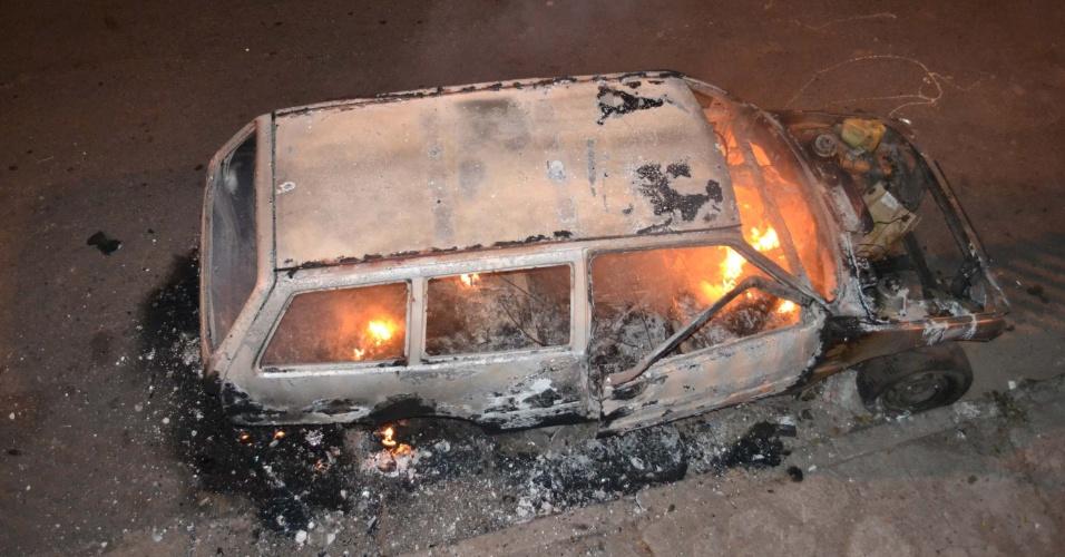 7.jul.2012 - Veículo que estava estacionado ao lado da ponte do Pacaembu, em São Paulo, pega fogo durante a madrugada