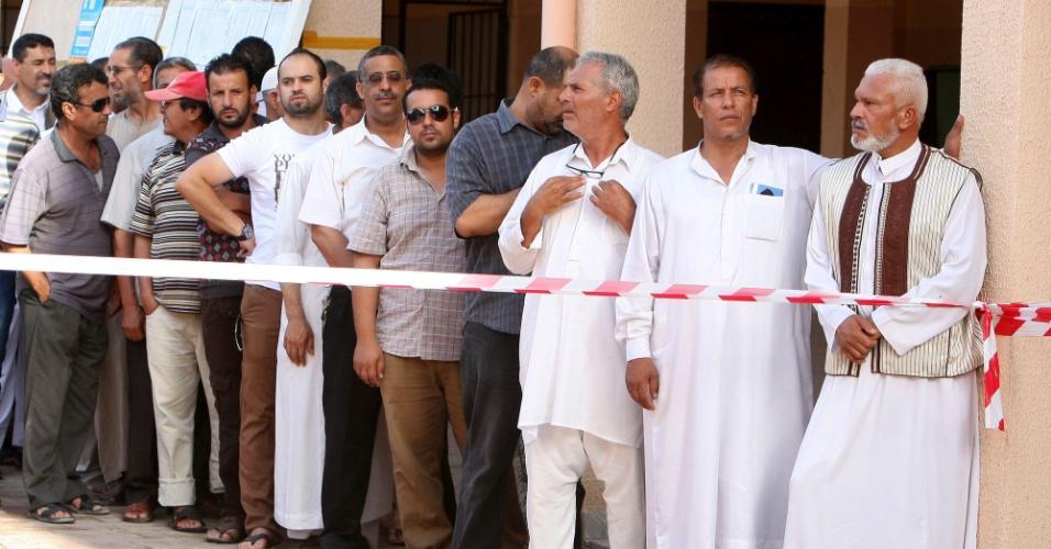 7.jul.2012 - Em Tripoli, líbios fazem fila para votar em eleições legislativas realizadas neste sábado no país. Este pleito é o primeiro que ocorre em quase meio século de ditadura do coronel Muammar Gaddafi