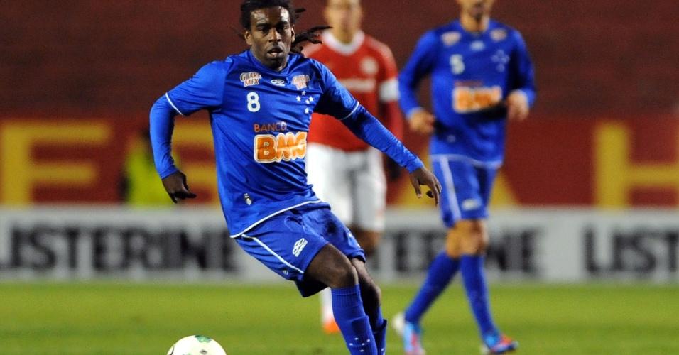 Agora no Cruzeiro, Tinga carrega bola no Beira-Rio, estádio onde jogou por anos pelo Internacional