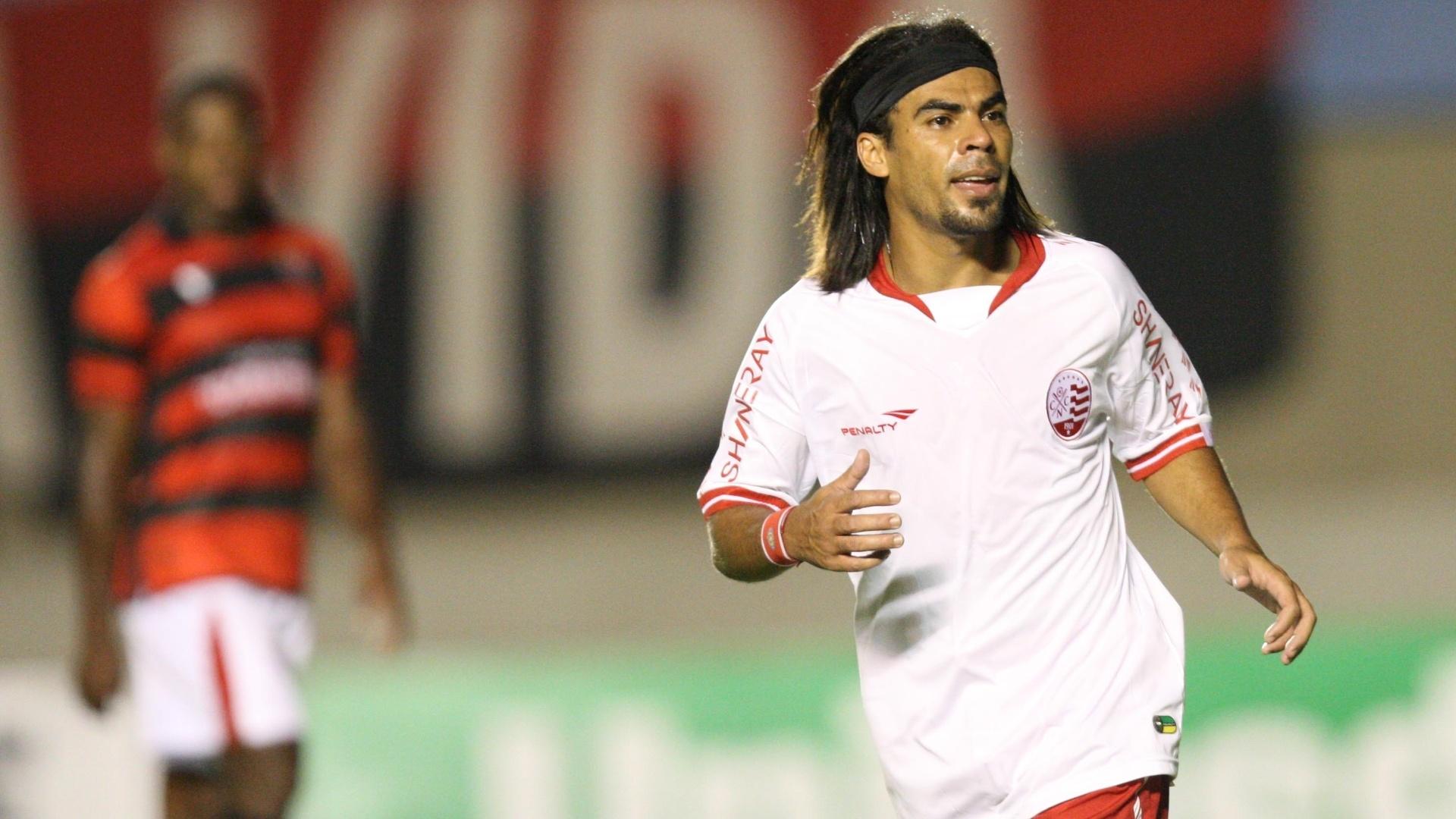Araújo marcou o gol da vitória do Náutico sobre o lanterna Atlético-GO