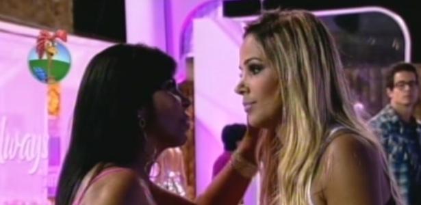 Gretchen fala com Robertha Portella após tocar o sino (7/7/12)
