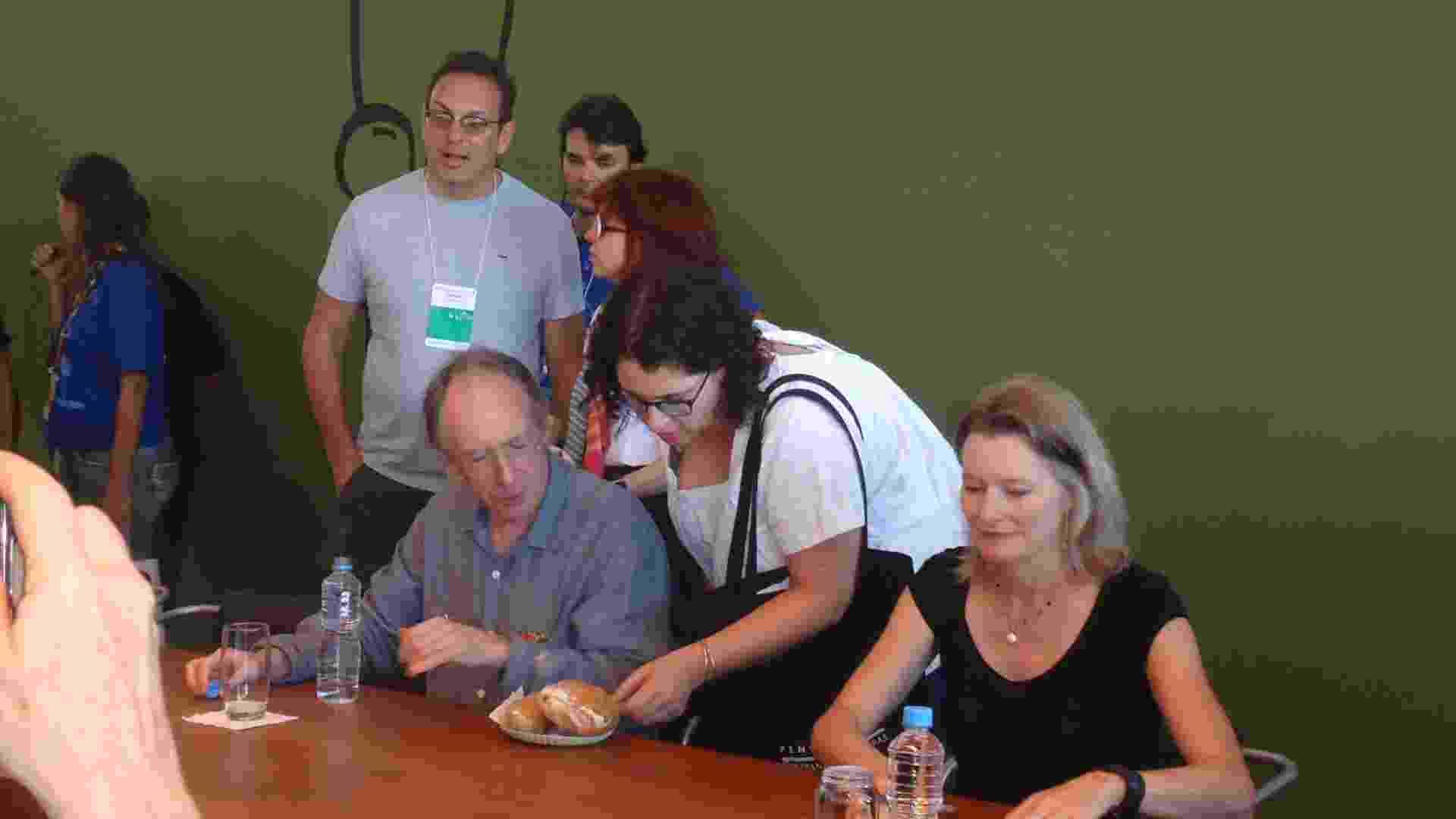 Ian McEwan e Jennifer Egan distribuem autógrafos depois de participarem juntos de debate na Flip 2012 (7/7/12) - Natalia Engler/UOL