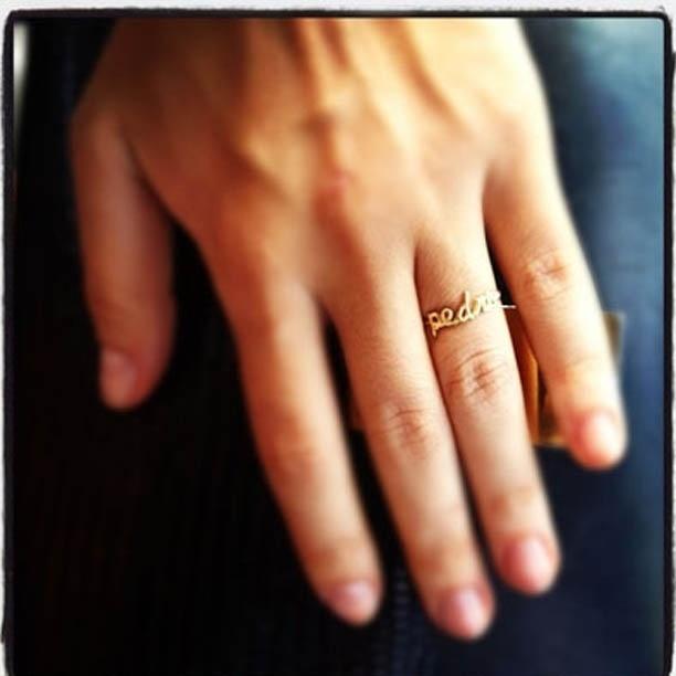 Juliana Paes divulga imagem em que aparece usando anel com o nome do filho Pedro (7/7/2012)