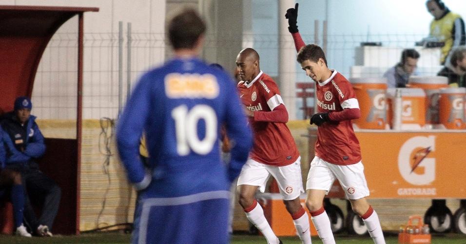 Montillo observa Oscar comemorar seu gol ao lado do companheiro Fabrício