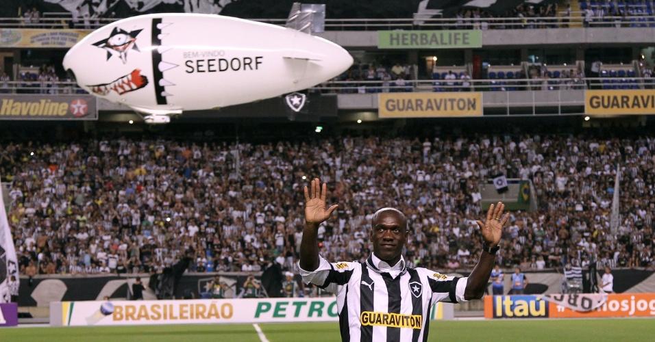 Meia holandês, Clarence Seedorf acena para a torcida botafoguense à frente de dirigível com seu nome