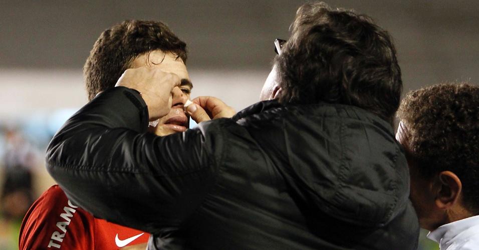 Oscar recebe atendimento médico após levar pancada no nariz que causou sangramento, em partida contra o Cruzeiro