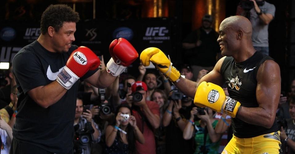 Ronaldo e Anderson Silva brincam no treino aberto do UFC 148, em Las Vegas