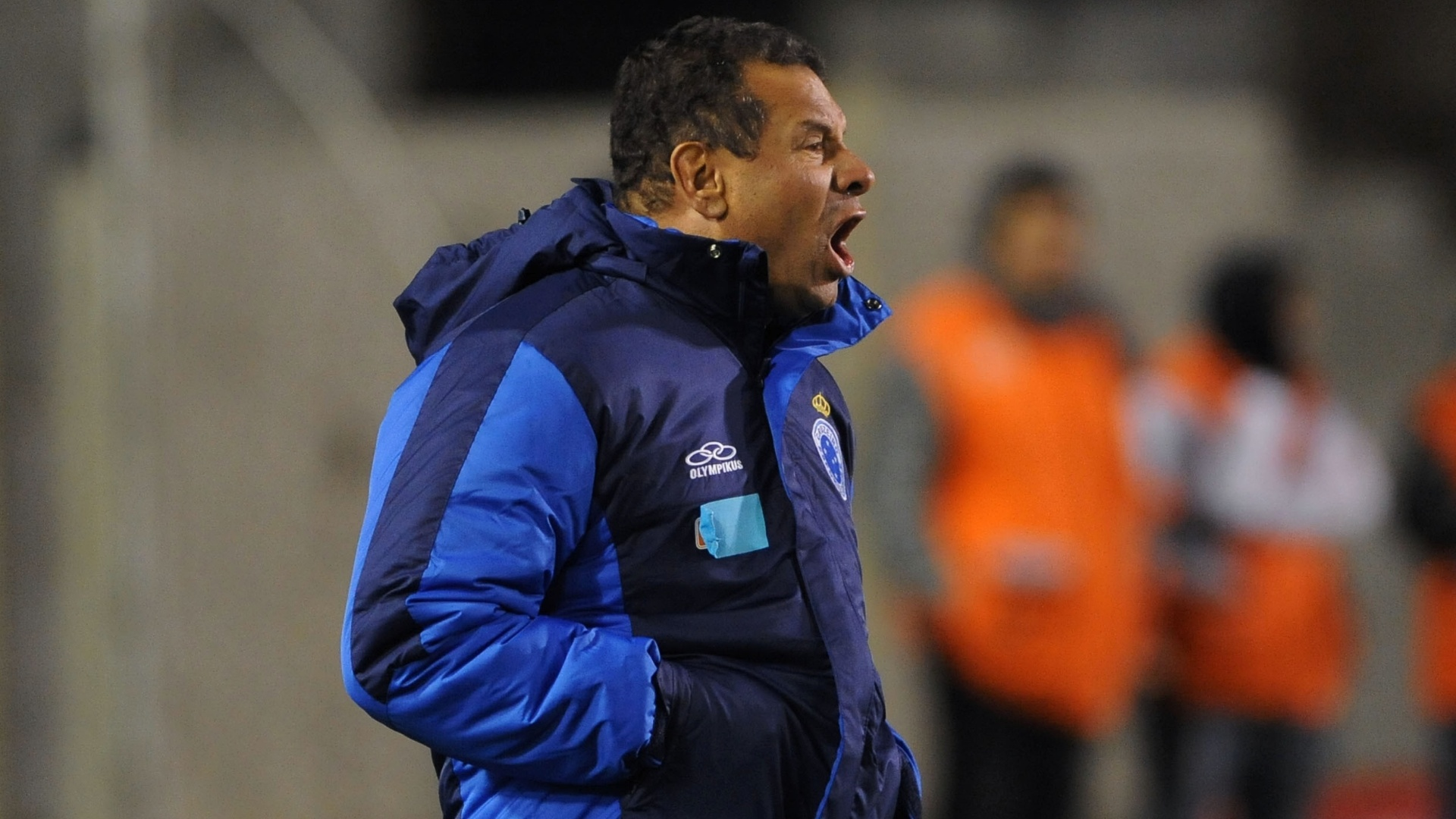 Treinador do Cruzeiro, Celso Roth se irrita com o time no segundo tempo da partida contra o Internacional