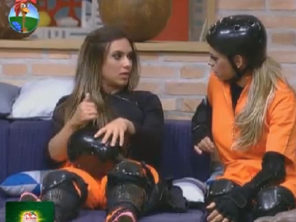 Uniformizadas, Nicole Bahls e Léo Áquilla aguardam início da classificatória para a prova da chave (7/7/12)