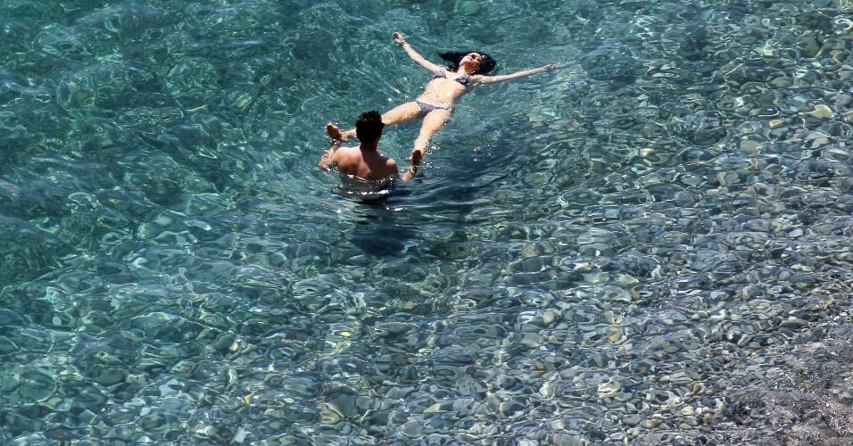 8.jul.2012 - Casal nada no mar na cidade de Nice, no sudeste da França