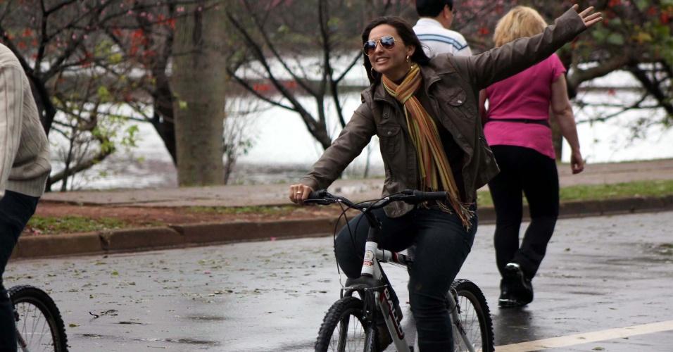 8.jul.2012 -  Frio e chuva na manhã deste domingo em São Paulo faz frequentadora do parque utilizar blusa e cachecol enquanto anda de bicicleta