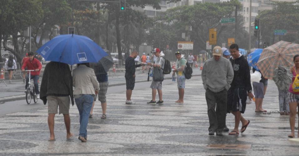 8.jul.2012 - Rio de Janeiro amanhece com muita chuva e frio neste domingo (8), na Praia de Copacabana