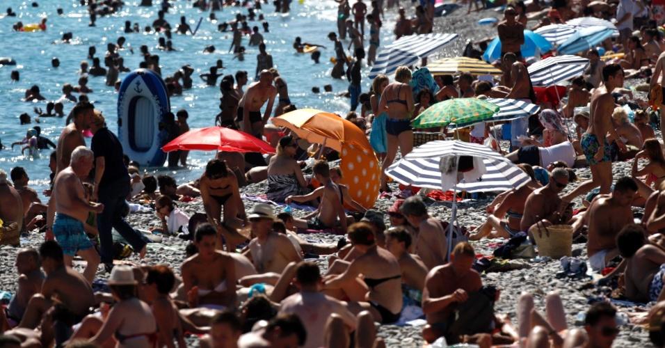 8.jul.2012 - Turistas aproveitam o verão na praia de Promenade des Anglais em Nice, na França. A temperatura na região litorânea da França está perto de 30 graus Celsius