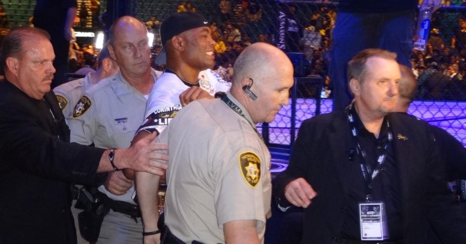 Anderson Silva é amparado por policiais após comemoração no UC 148