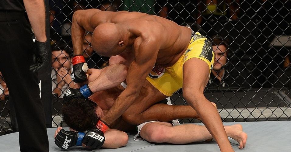 Anderson Silva golpeia Sonnen e só aguarda o encerramento do combate