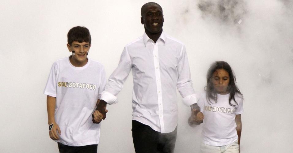 Clarence Seedorf chega ao Engenhão com os filhos para ser apresentado à torcido como jogador do Botafogo