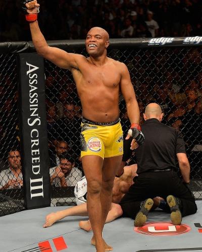 Enquanto Sonnen fica no chão, nocauteado, Anderson Silva comemora a décima defesa de cinturão dos médios