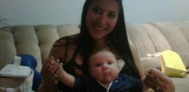 Ex-BBB Priscila Pires mostra foto do filho de pijama (8/7/2012)