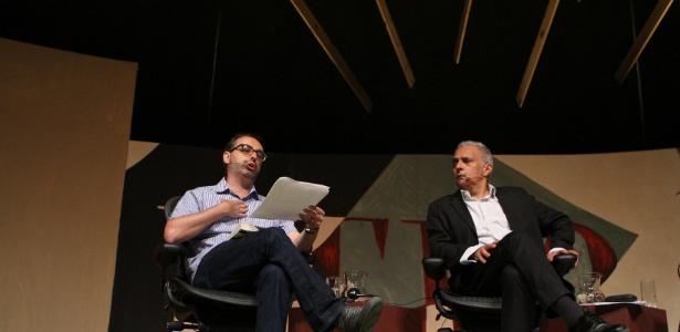 """Gary Shteyngart (à esq) e Hanif Kureushi participam da mesa 18, """"Entre fronteiras"""" no último dia da Flip 2012, em Paraty (8/7/12) - Zanone Fraissat/Folhapress"""