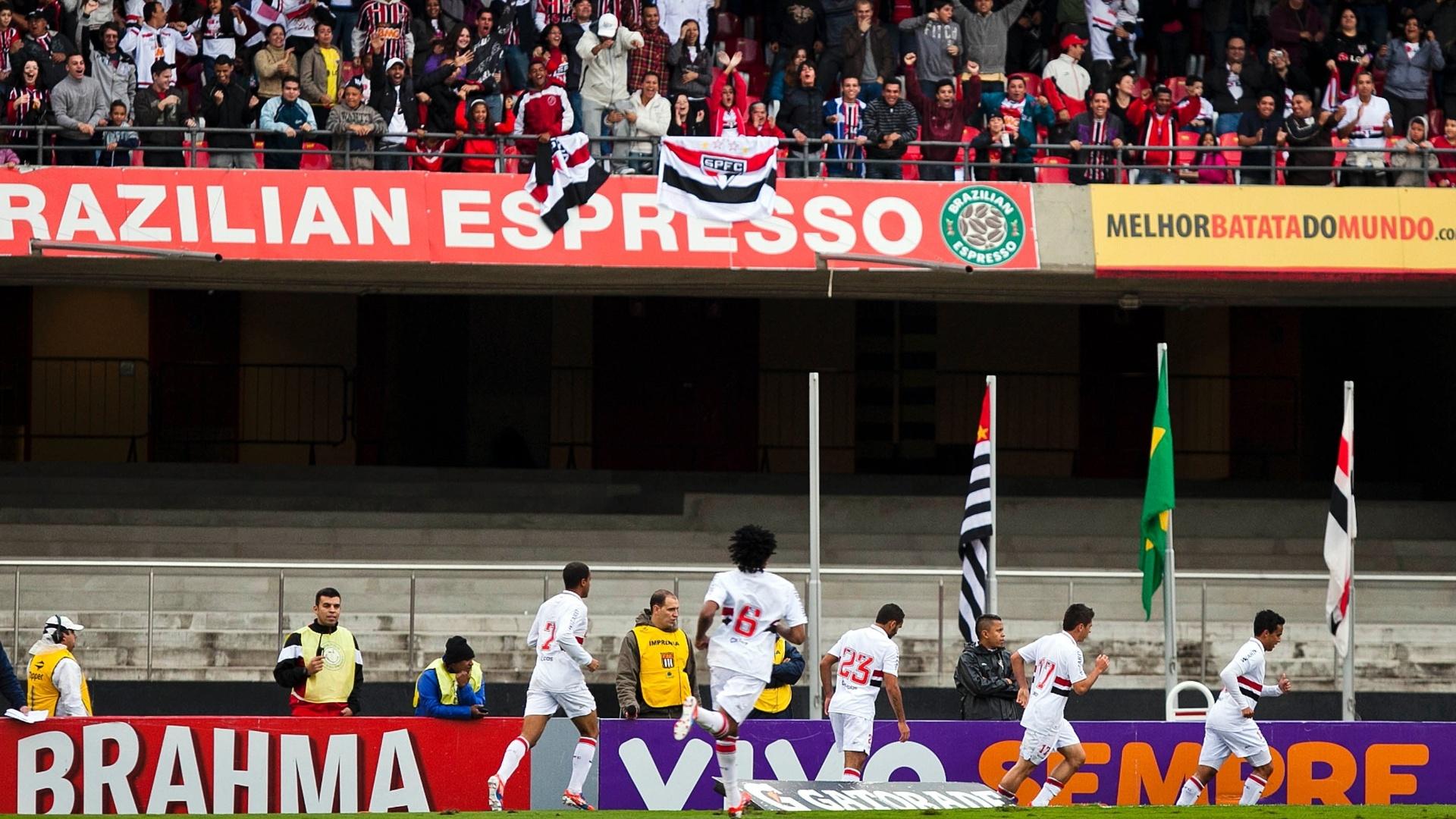 Jogadores do São Paulo comemoram gol de Jadson no Morumbi