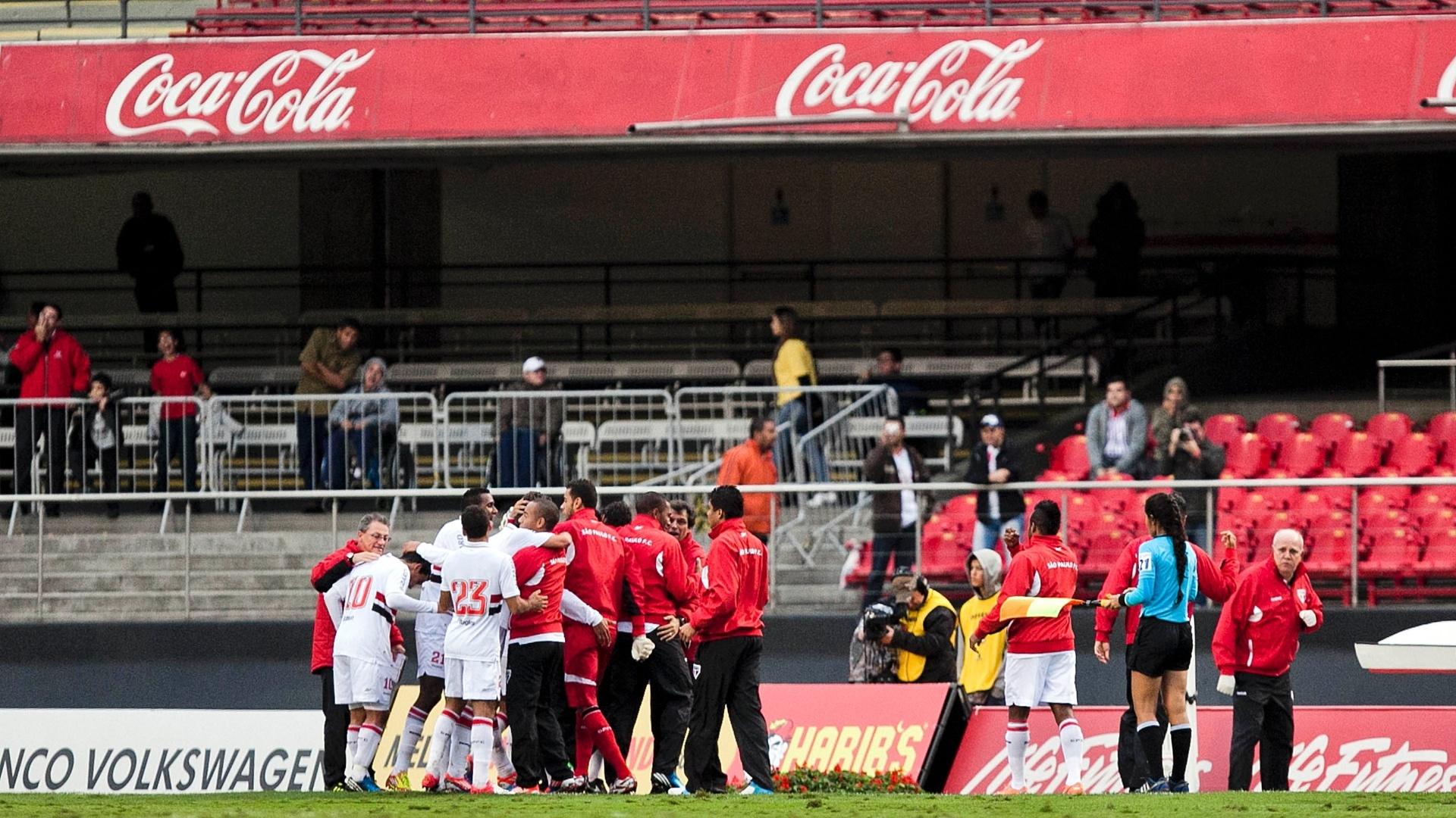 Jogadores são-paulinos comemoram gol marcado por Maicon na partida contra o Coritiba no Morumbi, o segundo do São Paulo