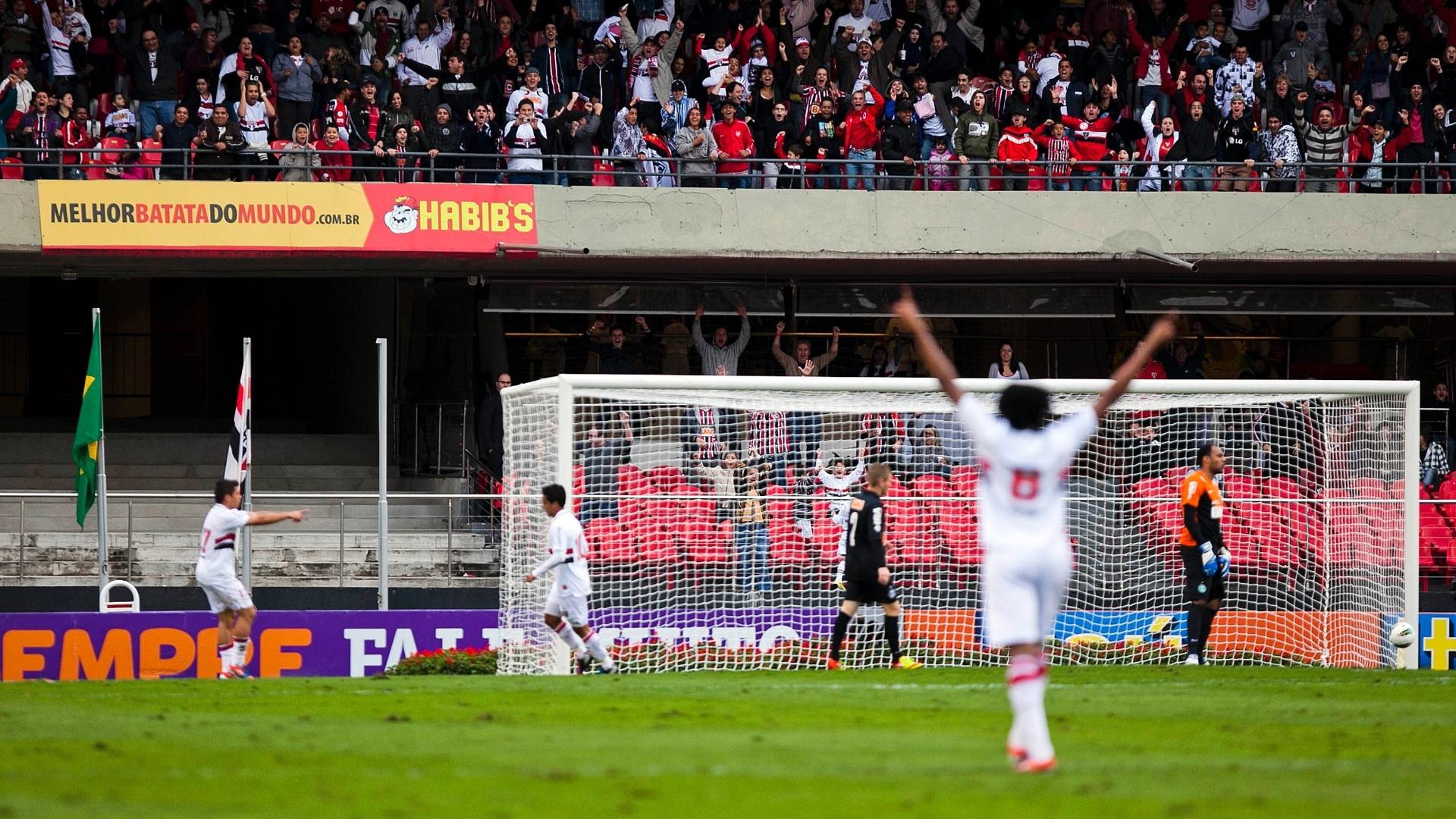 Lateral Cortez, atacante Osvaldo e meia Jadson comemoram gol marcado pelo camisa 10 ante o Coritiba no Morumbi